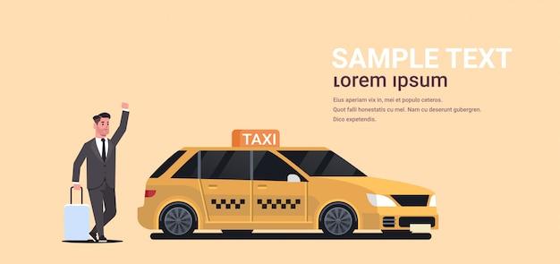 Zakenman taxi te vangen op straat zakenman in formele slijtage met bagage gele taxi stad transportservice stoppen