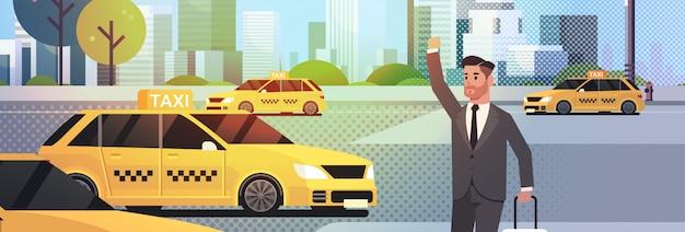 Zakenman vangen taxi op straat zakenman in formele slijtage met bagage gele taxi stad vervoer service stadsgezicht stoppen