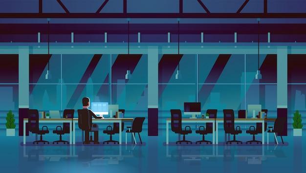 Zakenman werkende computer late nacht