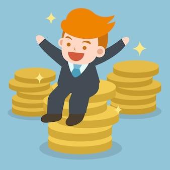 Zakenman zittend op een grote stapel geld munten. succes bedrijfsmensenconcept