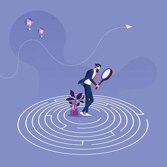 Zakenmantribune in het midden van een labyrint die uitweg proberen te vinden