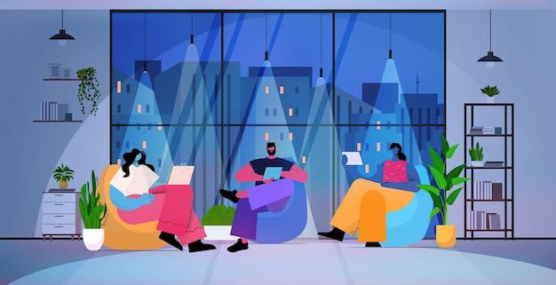 Zakenmensen die digitale gadgets gebruiken zakenmensen die werken in moderne donkere nacht kantoor horizontale volledige lengte vectorillustratie