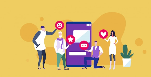 Zakenmensen met verschillende pictogrammen voor netwerkmeldingen, zakenmensen met behulp van online mobiele applicatie sociale media communicatieconcept