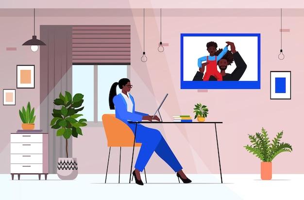 Zakenvrouw bespreken met man en zoon tijdens video-oproep ouderschap concept