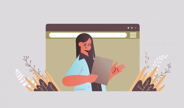 Zakenvrouw chatten tijdens video-oproep zakenvrouw maken presentatie