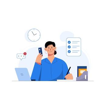 Zakenvrouw die laptop en mobiele telefoon gebruikt terwijl ze vanuit huis freelancer werkt
