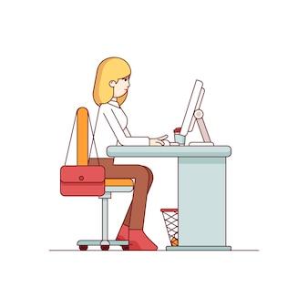Zakenvrouw die op een desktop computer werkt