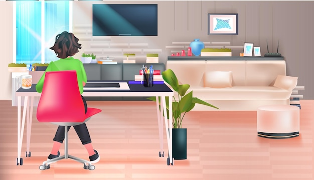 Zakenvrouw freelancer of student zittend op werkplek woonkamer interieur