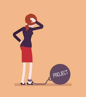 Zakenvrouw geketend met een gigantisch metaalgewichtproject