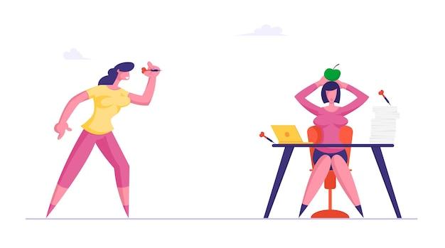Zakenvrouw gooi darts naar apple liggend op het hoofd van de zakenvrouw zittend aan een bureau