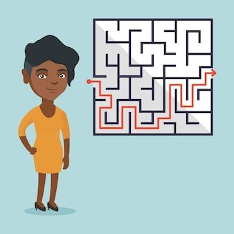Zakenvrouw kijken naar labyrint met oplossing.