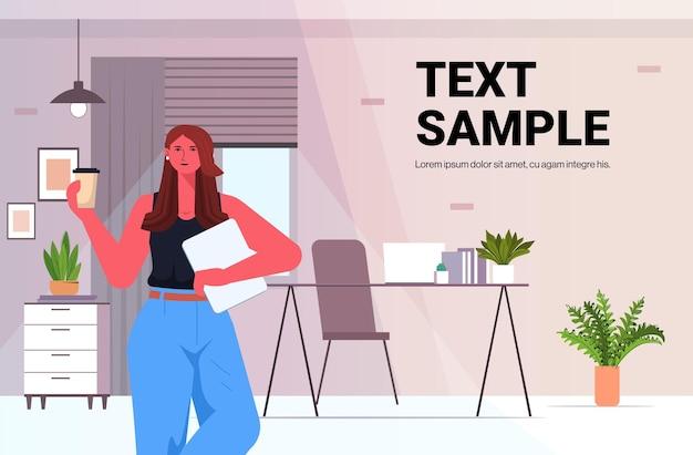 Zakenvrouw leider drinken koffie zakenvrouw permanent in moderne kantoor leiderschap concept horizontale portret kopie ruimte vectorillustratie