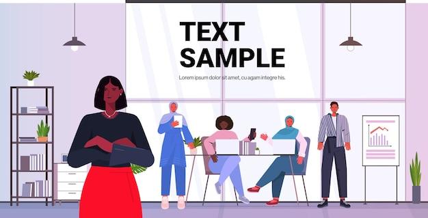 Zakenvrouw leider staan voor mix race zakenmensen collega's bespreken tijdens conferentievergadering moderne kantoor interieur horizontale kopie ruimte vector illustratie