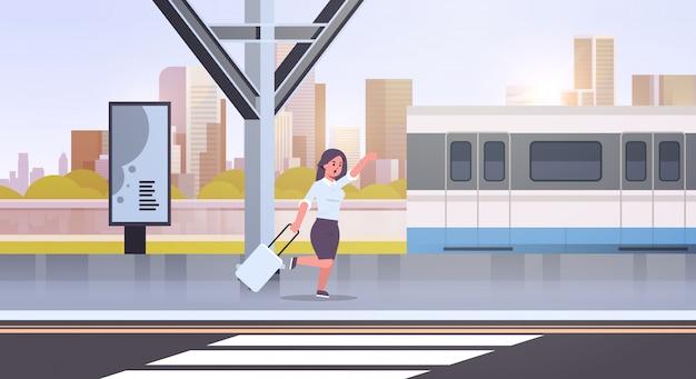 Zakenvrouw loopt om trein zakenvrouw te vangen met bagage op station stad openbaar vervoer vrouwelijke cartoon karakter stadsgezicht