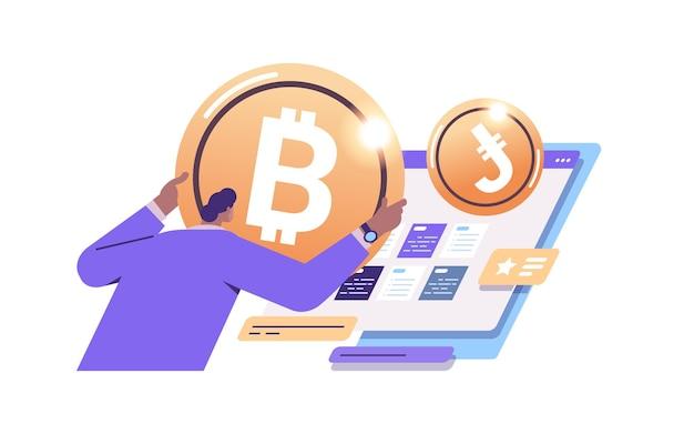 Zakenvrouw met gouden cryptomunt cryptocurrency mijnbouw virtueel geld digitale valuta blockchain-technologie