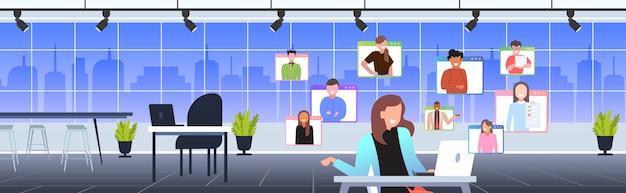 Zakenvrouw met online briefing of overleg tijdens videogesprek op afstand werk quarantaine isolatie concept. zakenvrouw usilng laptop op de werkplek woonkamer interieur portret