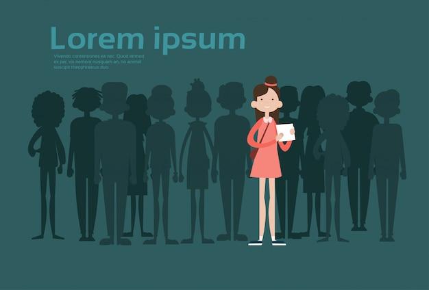 Zakenvrouw onderscheiden van de menigte, spotlight-verhuur mix race human resource recruitment kandidaat mensen groepsbedrijf