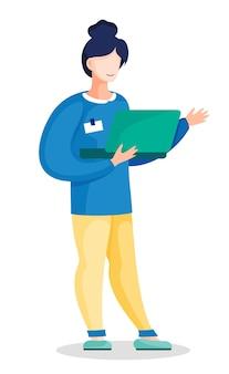 Zakenvrouw staat met opengeklapte laptop in handen