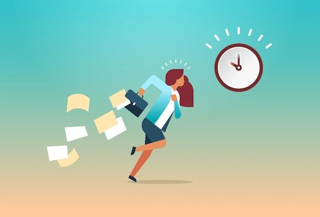 Zakenvrouw uitgevoerd met vallende papieren uit aktetas time management deadline