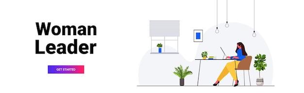 Zakenvrouw werken op computer zakenvrouw zittend op de werkplek moderne kantoor interieur horizontale volledige lengte vectorillustratie
