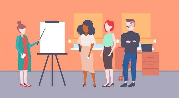 Zakenvrouw wijzend flip-overbord geven financiële presentatie mix race mensen uit het bedrijfsleven groep conferentie vergadering concept modern kantoor interieur horizontaal vlak
