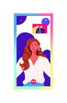 Zakenvrouwen in web browservensters bespreken tijdens videogesprek zakelijke vrouwen met virtuele vergadering verticale portret vectorillustratie