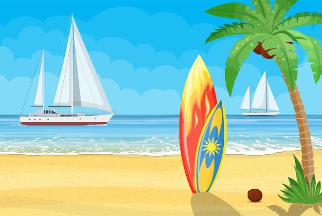 Zee en zand paradijsstrand van de zee met jachten