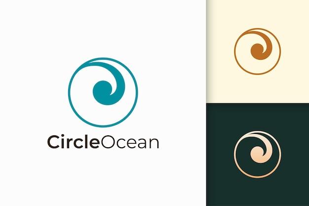 Zee- of oceaanlogo in eenvoudige cirkelvorm staat voor strand of surfen