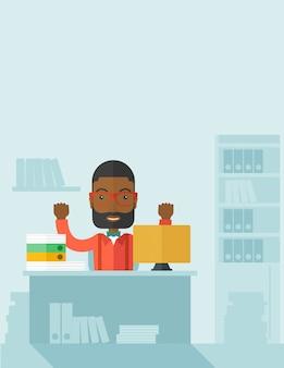 Zeer gelukkige zwarte zakenman die zijn beide handen opheft.