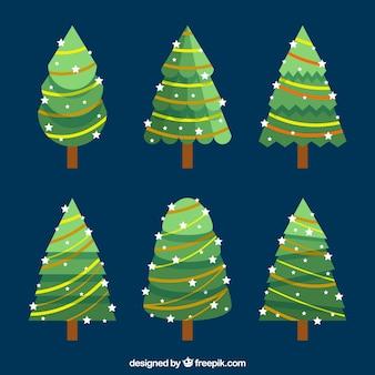 Zes kerstbomen versierd met kerstverlichting