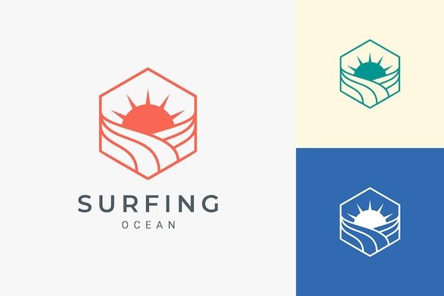 Zeshoekig logo van oceaan of strand met eenvoudige zon- en golfvorm
