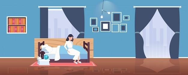 Zieke vrouw met koorts en rode uitslag coronavirus infectiesymptomen epidemie mers-cov virus wuhan 2019-ncov pandemie gezondheidsrisico concept slaapkamer interieur volledige lengte horizontale vectorillustratie