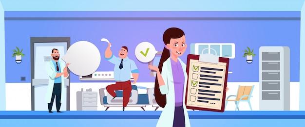 Ziekenhuisafdeling met vrouwelijke verpleegster die clapboard over arts houden onderzoekt patiënt