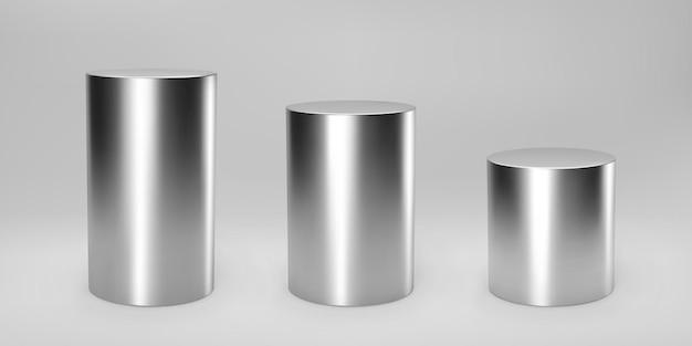 Zilver 3d cilinder set vooraanzicht en niveaus met perspectief geïsoleerd op grijs