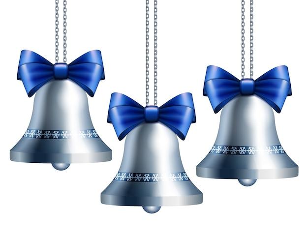 Zilveren klokken met blauw lint dat aan zilveren kettingen hangt.