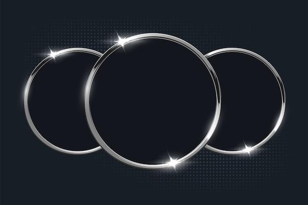 Zilveren ringen op donkere achtergrond.