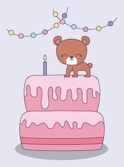 Zoete cake met schattige beer en slingers opknoping
