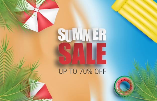 Zomer verkoop achtergrond met paraplu, zwemmen ring, palmboom, strand en zee.