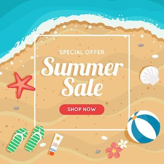 Zomer verkoop banner met strand en zee, verschillende strandelementen.