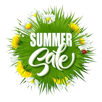 Zomer verkoop belettering achtergrond met zomer groen gras en bloemen.