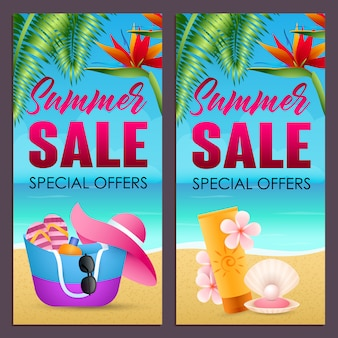 Zomer verkoop beletteringen instellen met tas, hoed en zonnebrandcrème op strand