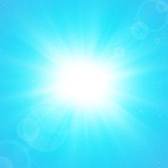 Zomer zonne-achtergrond. de zonnestralen die zich in de zomer vanuit het centrum verspreiden.