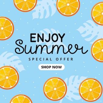 Zomerbanner tussen oranje fruitpatroon. geniet van de speciale zomeraanbieding