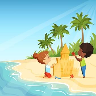Zomerstrand en grappige gelukkige kinderen spelen met zandkastelen.