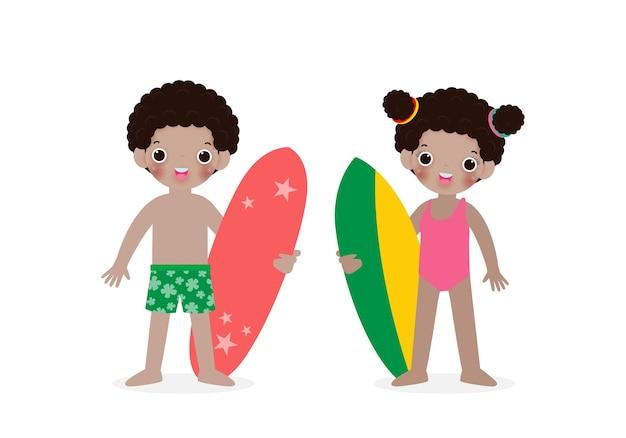 Zomertijd en set van schattige surfer afro-amerikaanse kinderen karakter met surfplank op strand