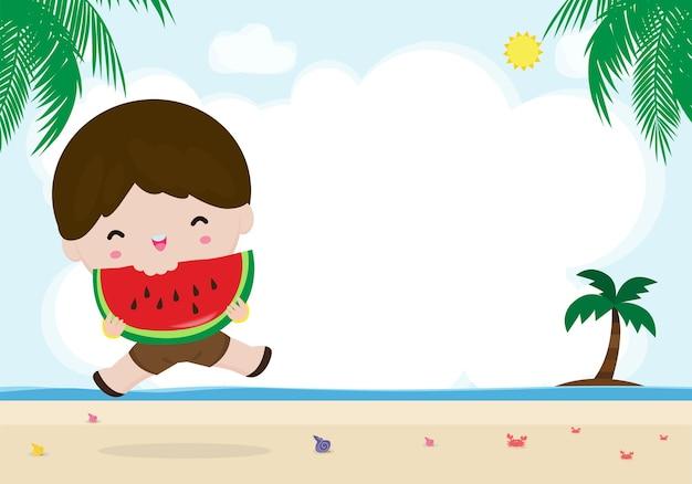 Zomertijd schattige kleine jongen watermeloen te houden en te springen op het strand.