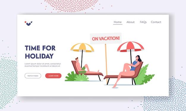 Zomertijd vakantie bestemmingspagina sjabloon. mensen loungen op een chaise longue onder zonnestralen ontspannen op zee strand bij toeristische personages ontspan op vakantie in een badplaats. cartoon vectorillustratie