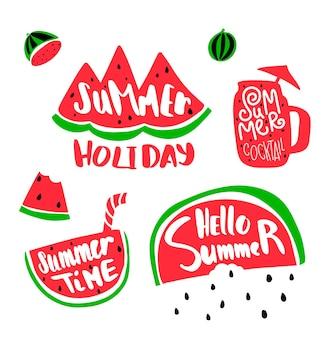 Zomervakantie belettering met watermeloen. plakje watermeloen en zomertijd tekst. zomercocktail met belettering. watermeloen zaden regen.