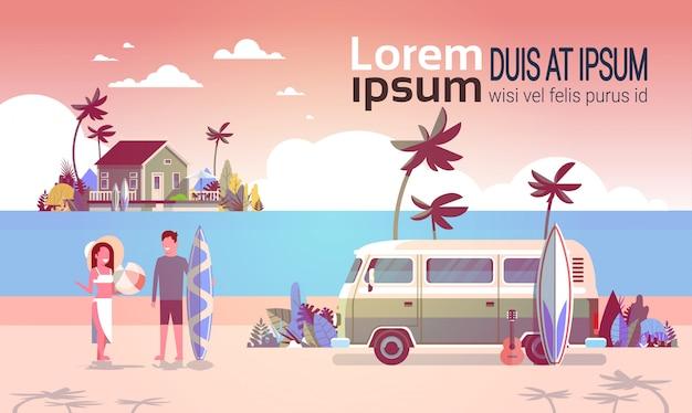 Zomervakantie man vrouw surf bus zonsondergang tropisch strand retro surfen vintage villa eiland