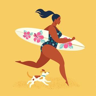 Zomervakantie. meisjessurfer die met een hond loopt.